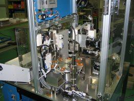 複合的な自動化装置の導入による印字・検査・テーピング工程の完全無人化